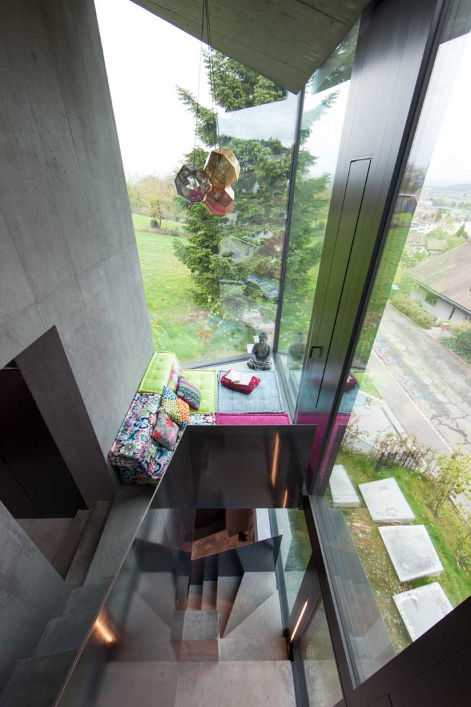 Amenajari interioare casa mica cu beton aparent si inchideri vitrate
