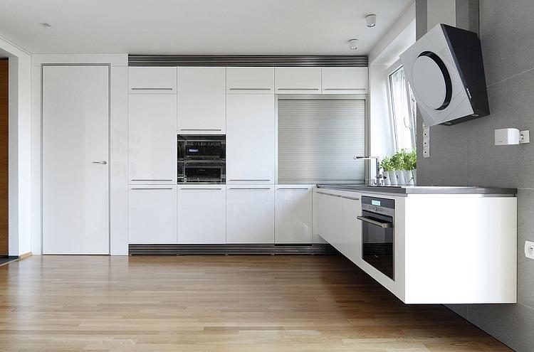 Amenajari apartamente mici bucatarie spatii stocare usa inalta