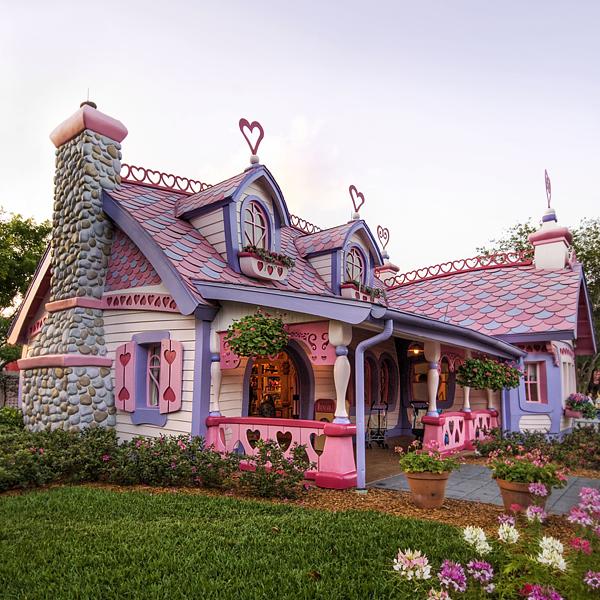 Case de poveste ca o turta dulce roz. Casa de prajituri a lui Ken si Barbie