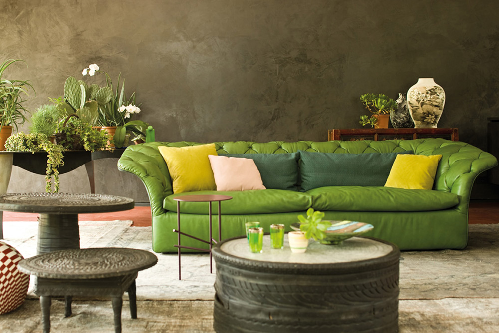 canapea piele verde, masa de cafra rotunda sculptata