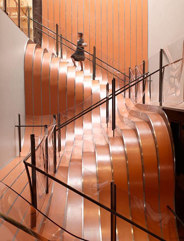 design creativ fluid pentru treptele scarii de interior