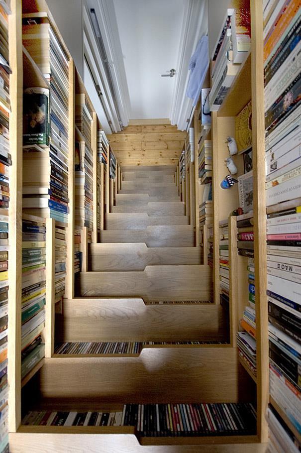 biblioteca si scara in acelasi spatiu restrans