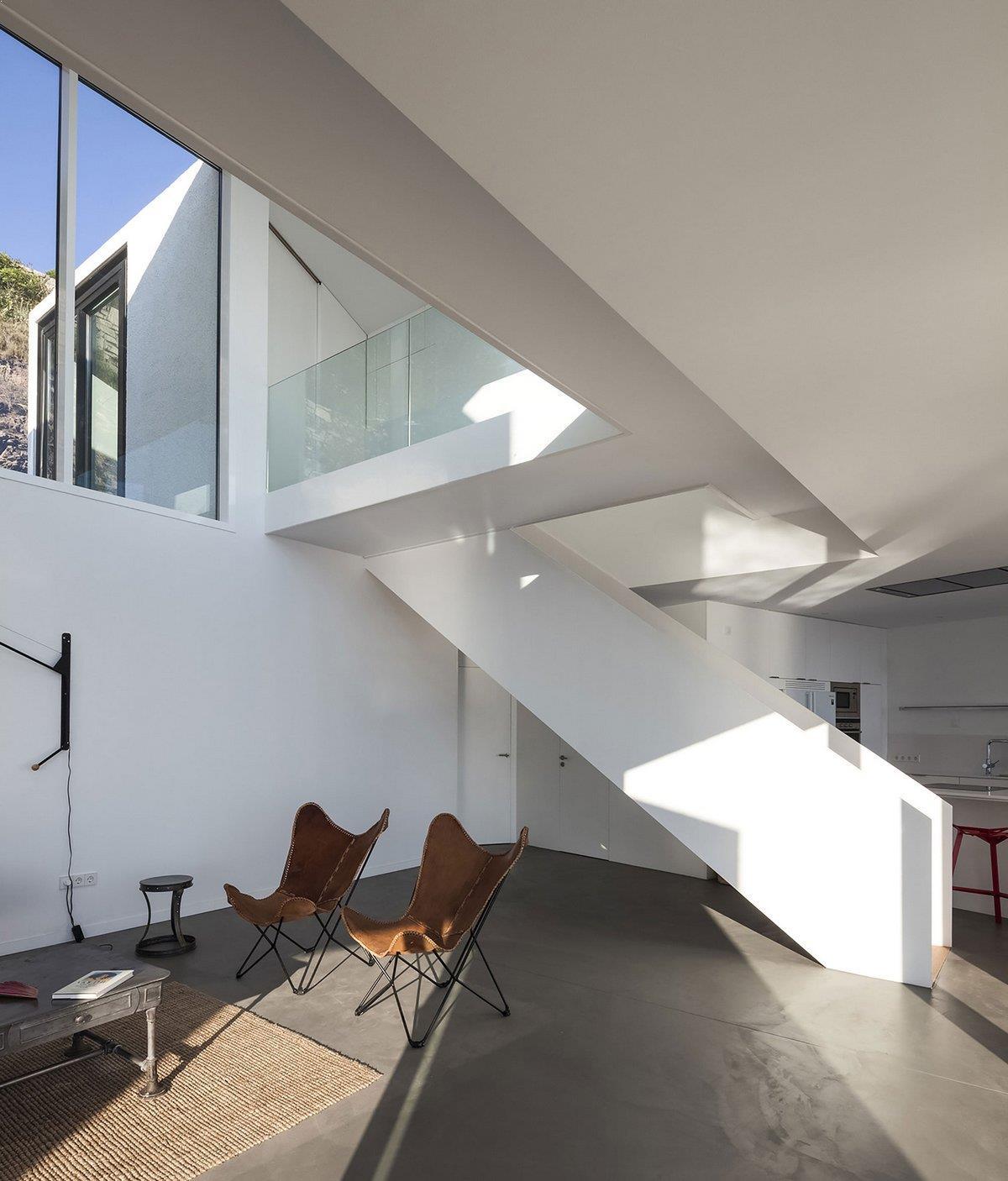 Casa_cubica_scara_metalica_moderna