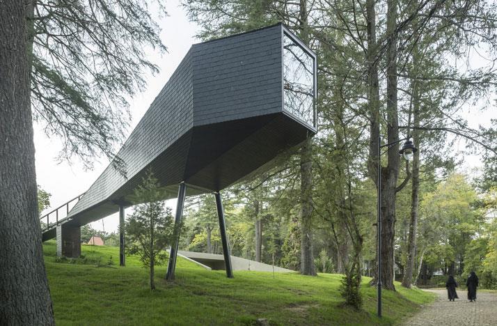 casa din copac amenajari exterioare unitate locuire