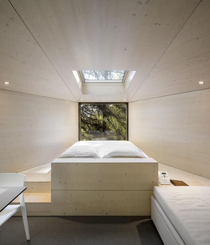 amenajari interioare pat matrimonial casa din copac