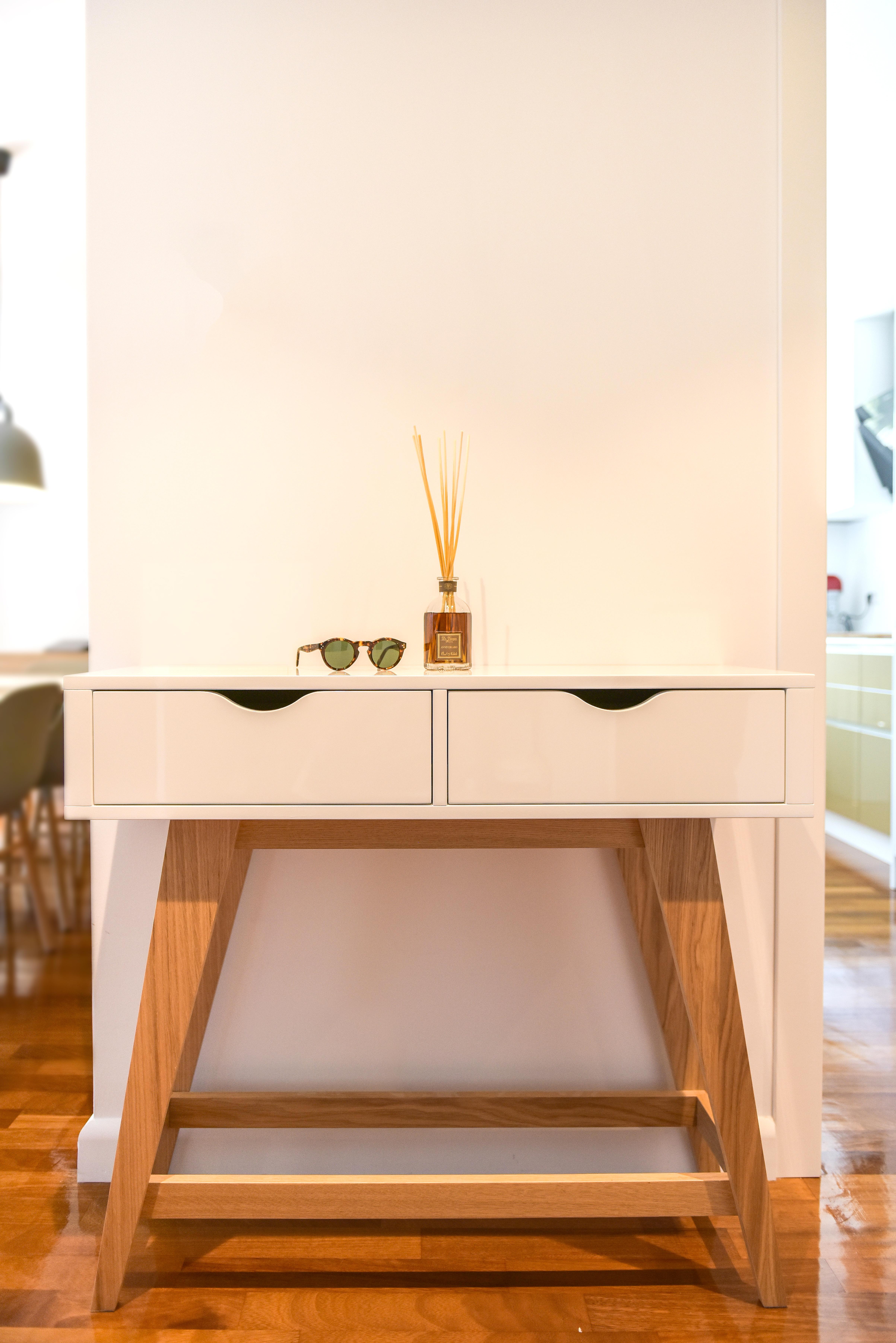 corp de mobilier masa cu sertare finisaj alb vopsit picioare si catru lemn natur