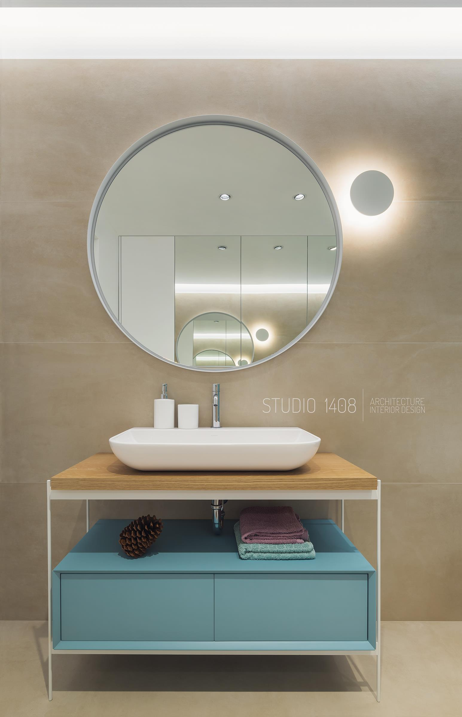 mobilier baie unicat cu accente de culoare